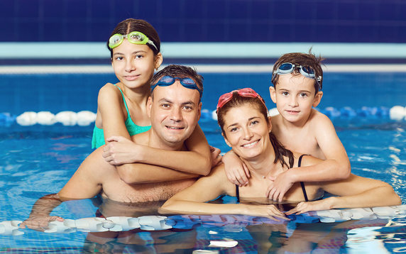 Swimming - Family in pool